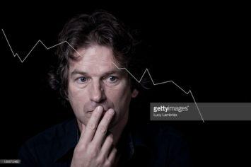 economische crisis, fronsende zakenman