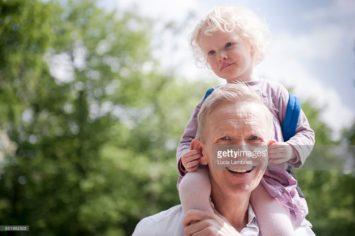 Op papa's schouders, realistische stockfoto's met echte mensen, lifestyle