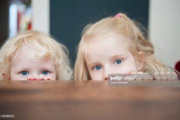Zusjes boven tafel, realistische stockfoto's met echte mensen, lifestyle