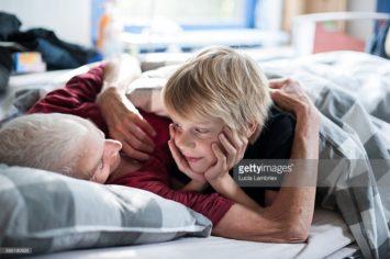 Oma en kleinkind in bed