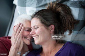 Zieke moeder en dochter in bed