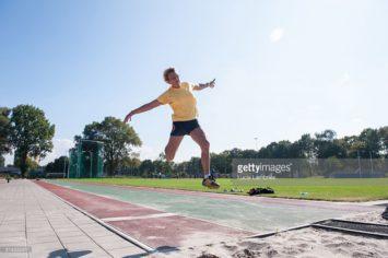 Seniore atlete springt ver