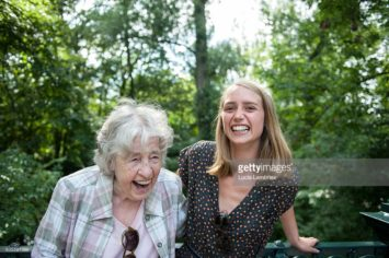 Oudere en jonge vrouw lachen
