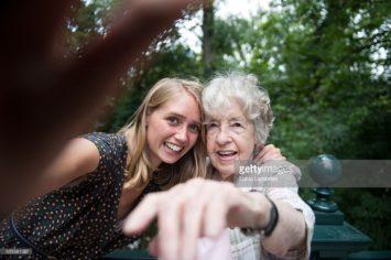 Oude vrouw maakt selfie