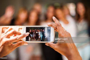 vrouwen maken groepsfoto / women take group picture