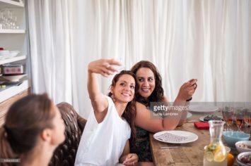 Vrouwen maken selfie aan tafel